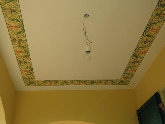 Decorazioni Soffitto Gesso: Camera da letto con realizzazione di cornici in gesso al soffitto.